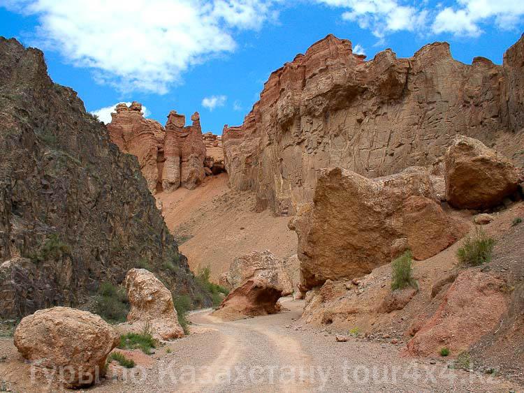 Чарынский каньон. Падающий Камень.
